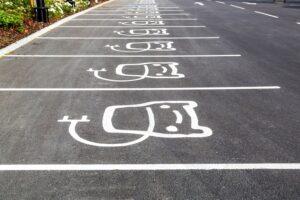 Firmen-Parkplatz mit Elektroauto-Symbol auf der Erde